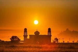dubai, verenigde arabische emiraten, 2020 - silhouet van een moskee bij zonsopgang