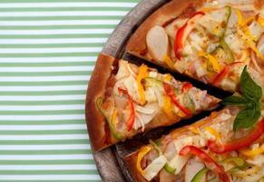 pizza op een gestreepte doek foto