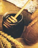 gezonde pot honing met bakkerijproducten foto