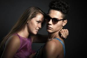 portret van een gelukkig jong mooi paar tegen een donkergrijze achtergrond foto