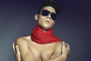 mode schoonheid portret van jonge man met zonnebril en sjaal foto