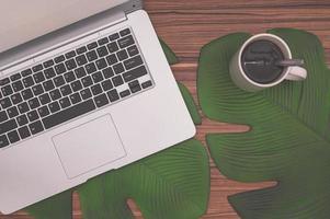 computer en koffiemok op het bureau