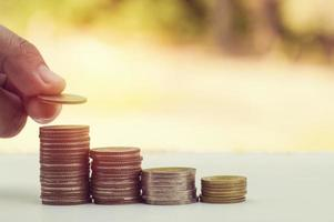hand geld zetten stapel munten foto