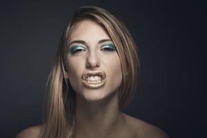 schoonheidsportret van een jonge sexy vrouw tegen een donkerblauwe achtergrond foto