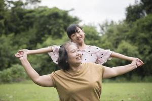 grootmoeder spelen met kleindochter in het park foto
