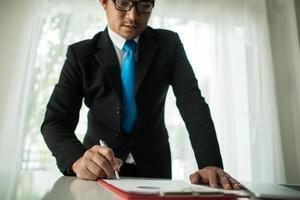 jonge zakenman die met laptop op kantoor werkt foto