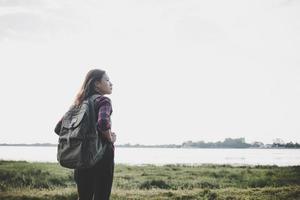 wandelaar vrouw met rugzak staande in de natuur