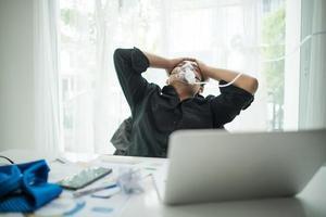 zakenman met zuurstofmasker op kantoor