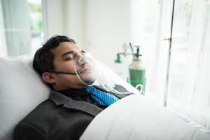 zakenman met zuurstofmasker