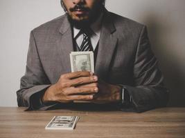 gelukkige zakenman met dollarbankbiljetten foto