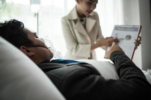 zakenman met zuurstofmasker werken vanuit bed