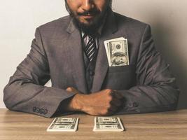 zakenman met dollarbankbiljetten foto