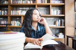 jonge vrouw lezen van een boek binnen zitten in stedelijk café