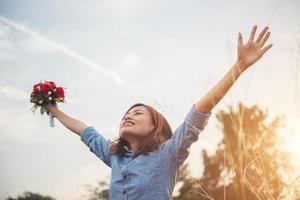 mooie vrouw hipster verhogen haar armen in de lucht met boeket