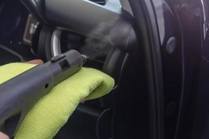 het schoonmaken van de airconditioner van een auto