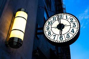 vintage straatklok op het gebouw in New York City foto