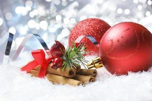 Kerst achtergrond met kerstballen genesteld in de sneeuw foto