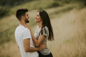 gelukkig jong koppel verliefd op het grasveld foto