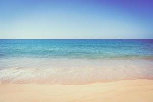 mooi zandstrand en zee foto