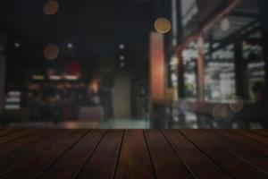 houten tafel met wazig stad achtergrond foto