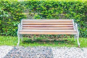 lege bank in het park in de zomer