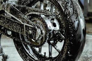 een motorfiets wassen in de autowaswinkel