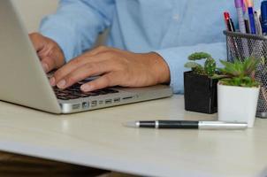 een zakenman die een computer gebruikt om informatie te zoeken foto