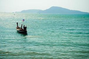 een boot op zee in Phuket, Thailand foto