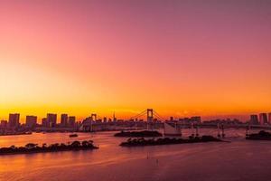 stadsgezicht van de stad Tokio met de regenboogbrug