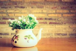 vaas en bloemen op tafel foto