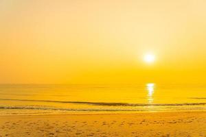 prachtig tropisch oceaanstrand bij zonsopgang of zonsondergang