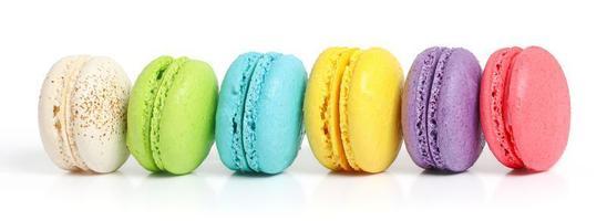 lijn van kleurrijke macarons op witte achtergrond