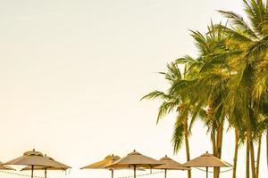 prachtige tropische natuur en parasols