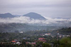 mistig dorp op een heuvel