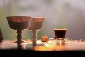 koffie en bloemen op een tafel foto