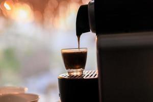 espresso wordt gegoten foto