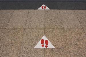 sociale afstandsmarkeringen op de grond