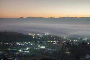 mist boven een stad foto