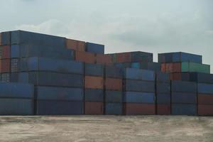 containers verschepen gedurende de dag foto