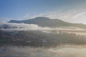 mist boven een dorp foto