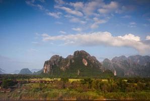 groene bergen gedurende de dag met een blauwe lucht foto