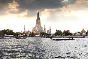 bangkok, thailand, 2020 - wat arun-tempel bij zonsondergang