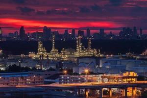 rode zonsondergang boven een stad