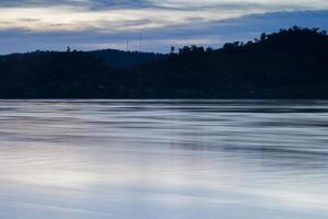 rivier met boom silhouetten foto