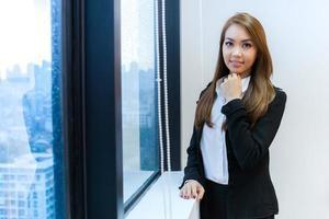vrouwelijke ondernemers staan in de buurt van een raam foto