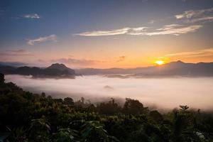 mistig landschap uitzicht op de bergen foto