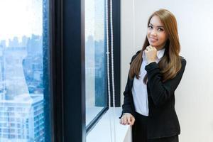 vrouw poseren in de buurt van een raam foto