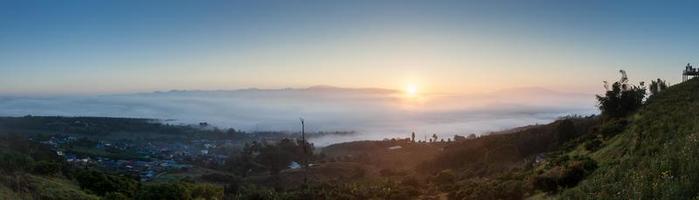 mistig landschap bij zonsopgang foto
