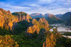 zonlicht op rotsachtige bergen foto