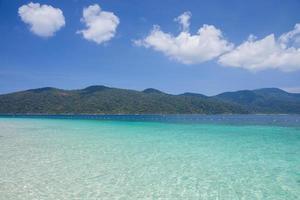 helder blauw water en blauwe lucht